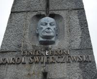 BIESZCZADY: Pomnik gen. Świerczewskiego w likwidacji (FILM)
