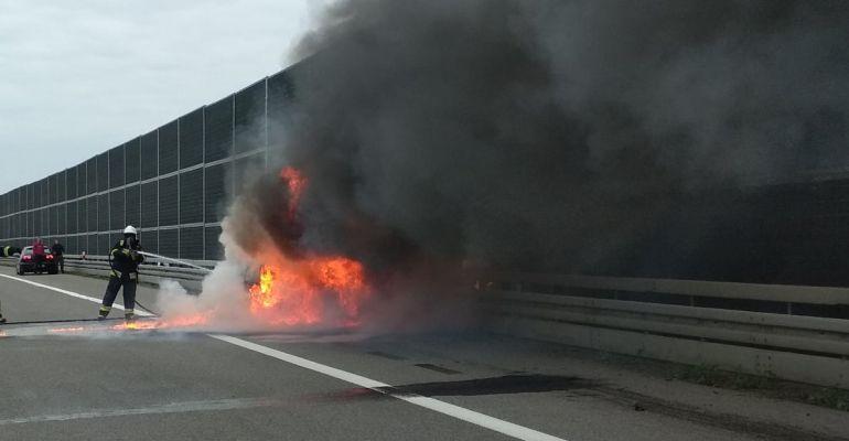Na A4 spłonął samochód! (ZDJĘCIA)