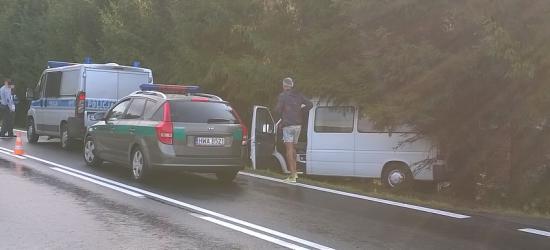 Bus wypadł z drogi. 9 osób, w tym dwoje dzieci w środku (ZDJĘCIA)