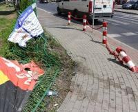 SANOK: Wypadek na ul. Lipińskiego. BMW wjechało w bramę. Uczestnicy trzeźwieją w areszcie (ZDJĘCIA)