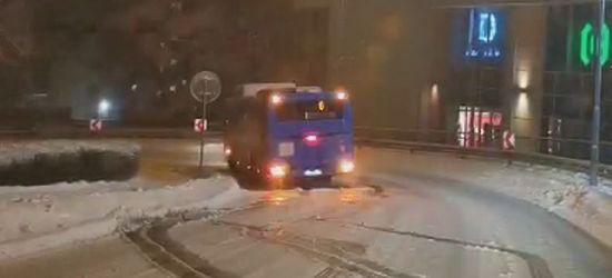 MIASTO SANOK. Ślizgawica na Okopisku. Tak kierowca MKSu walczył z lodem (VIDEO)