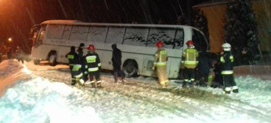 """Autobus """"ześlizgnął się"""" do rowu (ZDJĘCIA)"""