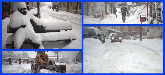 """SANOK: """"Walka"""" ze śniegiem na ulicach, chodnikach, samochodach (VIDEO)"""