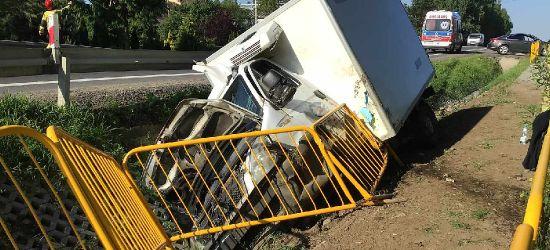 ZABŁOTCE. Ciężarówka zdemolowała barierki i wylądowała w rowie (VIDEO, ZDJĘCIA)