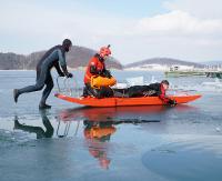 Uwaga, kruchy lód! Bieszczadzkie WOPR na ratunek (ZDJĘCIA)