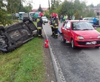 Dachowanie w rowie. 24-latek z obrażeniami trafił do brzozowskiego szpitala (ZDJĘCIA)
