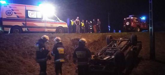 BIESZCZADY: Dachowanie osobówki w rowie. Ucierpiała jedna osoba (FOTO)