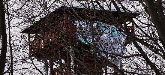 """Rozwiesili ogromny baner na wieży w Mucznem. """"Skrajna nieodpowiedzialność"""" (ZDJĘCIA)"""