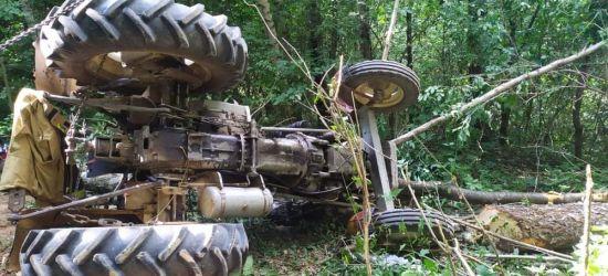 Poważny wypadek w lesie. Mężczyzna przygnieciony. Trwa akcja ratunkowa