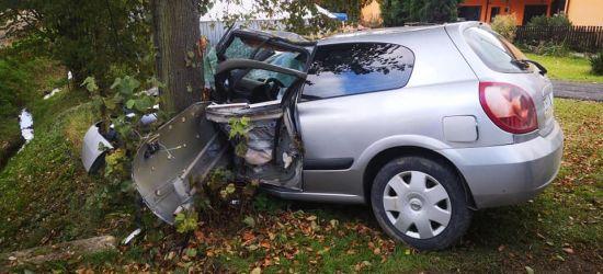 """Groźny wypadek w Białce. Samochód """"wbił się"""" w drzewo (FOTO)"""