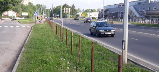 """INTERWENCJA: Zdemontowano ogrodzenie przy krajówce. """"Czy nie będzie pokusy, aby przebiec przez czteropasmówkę?"""""""