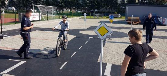 Egzamin praktyczny na kartę rowerową pod czujnym okiem policjantów