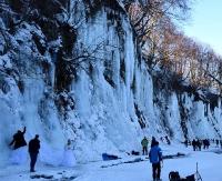 Turyści tłumnie odwiedzają lodospady. Nie boją się gigantycznych korków (FILM, ZDJĘCIA)