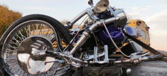 Uraz kręgosłupa oraz połamane żebra, to wynik zderzenia motocyklisty z osobówką