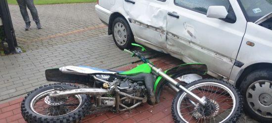 PODKARPACIE. Motocyklista jechał po chodniku. Zderzył się z osobówką (ZDJĘCIA)