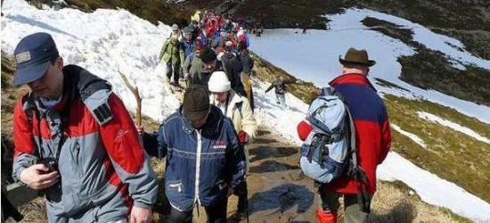 W Wielki Piątek coroczna Droga Krzyżowa na Tarnicę. GOPR-owcy apelują o bezpieczeństwo