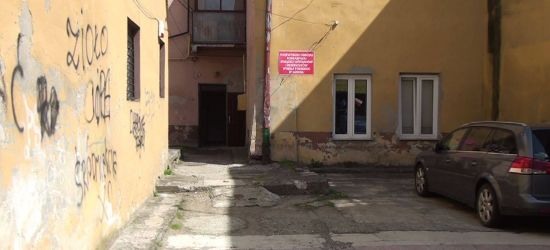 INTERWENCJA: Odpadający tynk i dziury w podwórzu. Będzie remont? (FOTO)