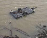 AKTUALIZACJA: Przyczepa kempingowa wpadła do zalewu. Akcja ratunkowa strażaków (ZDJĘCIA)