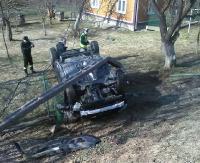 KOMAŃCZA: Dachowanie, złamany słup telekomunikacyjny i zniszczone ogrodzenie (ZDJĘCIA)