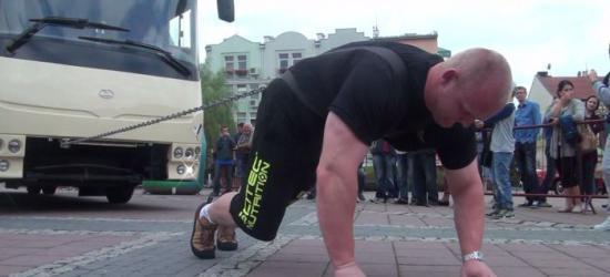 Demonstracja siły polskich strongmanów na Rynku. Ciągnęli autobus (FILM)