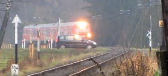 SANOK: Kierowca zupełnie zlekceważył nadjeżdżający pociąg! Zobaczcie nagranie! (VIDEO)