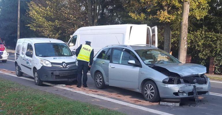 Niebezpieczna kolizja trzech pojazdów przed pasami (FOTO)