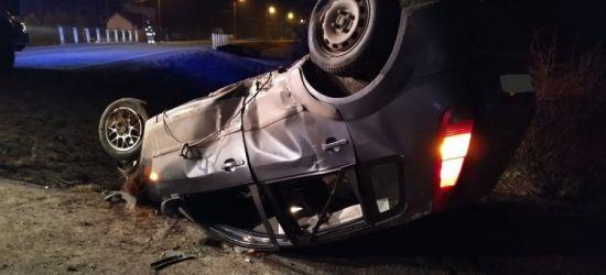 GRABOWNICA STARZEŃSKA. 28-latka korzystała z telefonu podczas jazdy. Dachowanie i szpital (ZDJĘCIA)