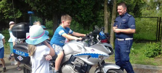 Najmłodsi przyglądali się pracy sanockich policjantów. Furorę zrobiły motocykle, policyjny pies i praca techników kryminalistyki (FOTO)
