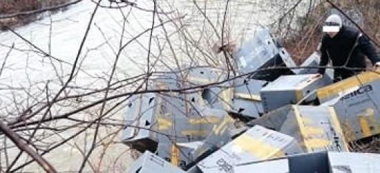 SANOK: Kartony i folie wrzucone do rzeki! (ZDJĘCIA)