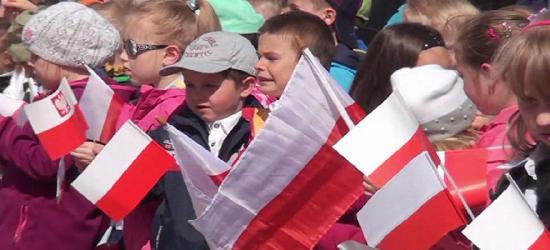 """""""Biało-Czerwono"""" na sanockim Rynku. Patriotyczne przedszkolaki (FILM)"""