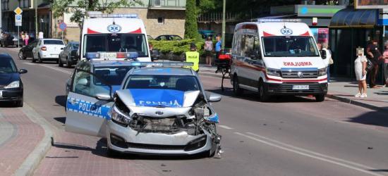 AKTUALIZACJA: Roztrzaskany radiowóz policji w centrum Sanoka. Obława za mężczyzną, który ranił kobietę (FILM, ZDJĘCIA)