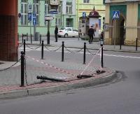 SANOK: Słupki chroniące pieszych w centrum Sanoka ścięte równo z ziemią. Monitoring pomoże policji (ZDJĘCIA)