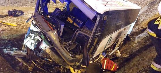 Autobus przebił bariery i runął z nasypu. Dwie osoby zakleszczone, jedna nie żyje (VIDEO, FOTO)
