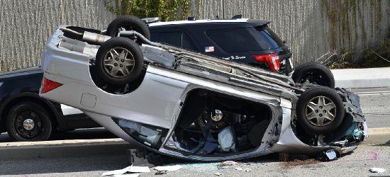 BIESZCZADY: Wywrócony samochód. Kierowca na promilach