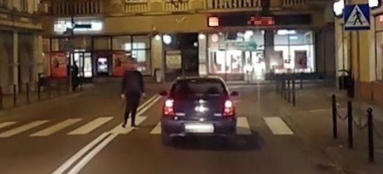 SANOK: Agresywny pieszy w centrum miasta (VIDEO)