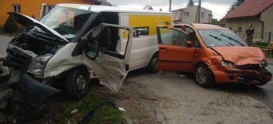 Niebezpiecznie na skrzyżowaniu. Samochód uderzył w budynek (ZDJECIA)