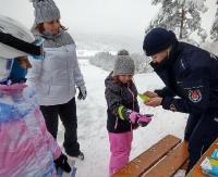 BIESZCZADY: Zima w pełnej krasie i warunki dla narciarzy. Policjanci przypominają o bezpieczeństwie na stoku (ZDJĘCIA)