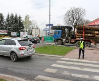 SANOK: Ciężarówka przewożąca drewniane bale zablokowała pas przy rondzie Beksińskiego (ZDJĘCIA)