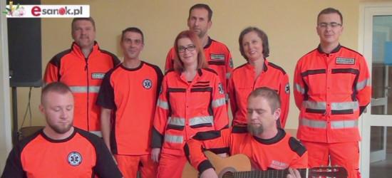 """Uśmiechnięci ratownicy medyczni śpiewają pastorałkę """"Jezusa narodzonego wszyscy witajmy"""" (VIDEO)"""