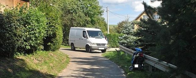 Dostawczy mercedes zderzył się ze skuterem. 17-latek trafił do szpitala (ZDJĘCIA)