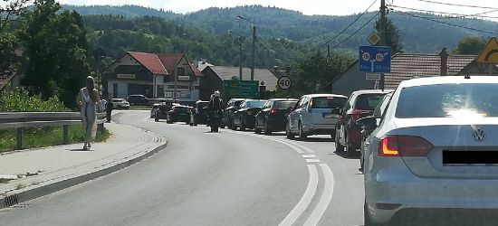Tłumy turystów jadą w Bieszczady. Tworzą się korki (ZDJĘCIA)