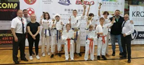 To ich wybór, ich start i ich radość. Worek medali sanockich karateków!