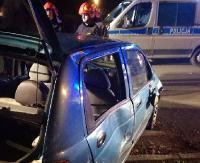 Samochód skończył jazdę na boku. Kierowcę zabrano do szpitala (ZDJĘCIA)
