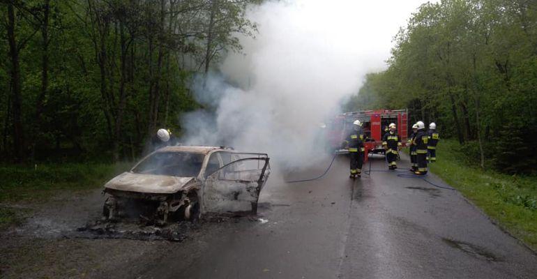 Samochód stanął w płomieniach. Ogień doszczętnie strawił pojazd (FOTO)