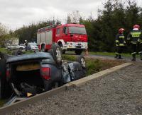 Uderzyła w betonowy przepust i samochód dachował (ZDJĘCIA)