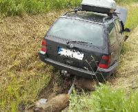 Niebezpiecznie na Leskiej Górze. Ściął znak drogowy i wjechał do rowu (ZDJĘCIA)