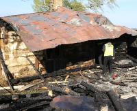 AKTUALIZACJA: Pożar w Prusieku. Budynek mieszkalny spłonął doszczętnie. Pięć zastępów straży walczyło o sąsiedni obiekt (ZDJĘCIA)
