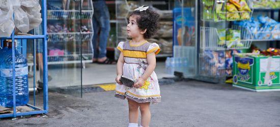 PODKARPACIE. 5-latka zgubiła się w markecie. Wcześniej babcia zostawiła ją na placu zabaw