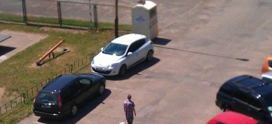 PARKOWANIE PO SANOCKU: Dwa samochody zajmują sześć miejsc parkingowych (ZDJĘCIA)