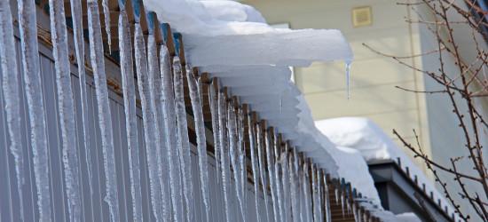 Zwisające sople, zalegający śnieg na dachu? Uwaga, grożą mandaty!